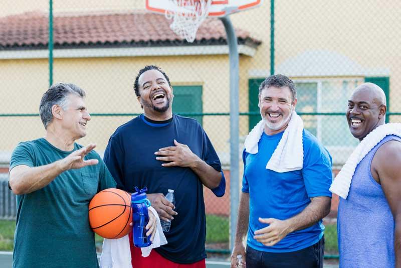 Grupo de hombres jugando baloncesto