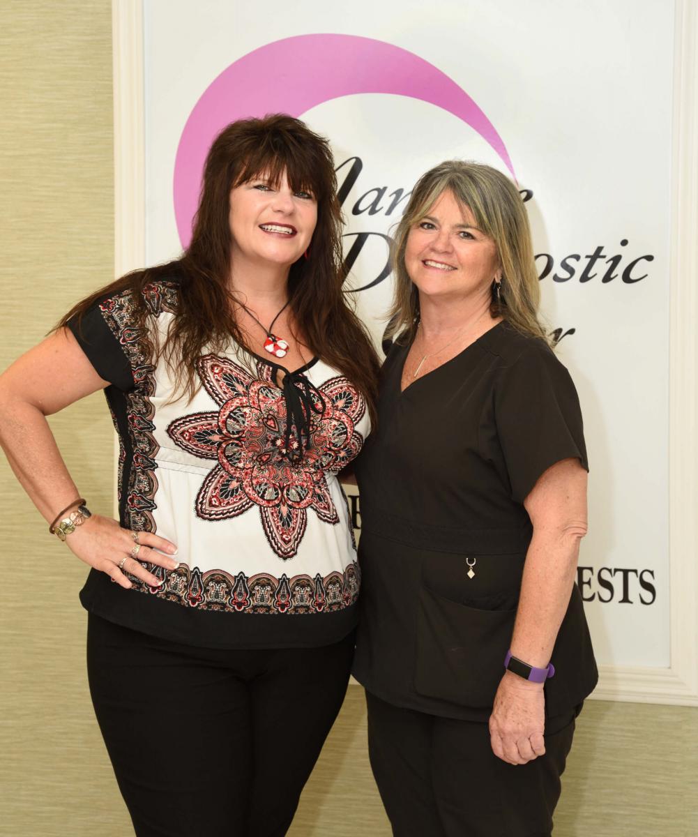 Lisa Montanye y Jenny Brown en el Manatee Memorial Hospital