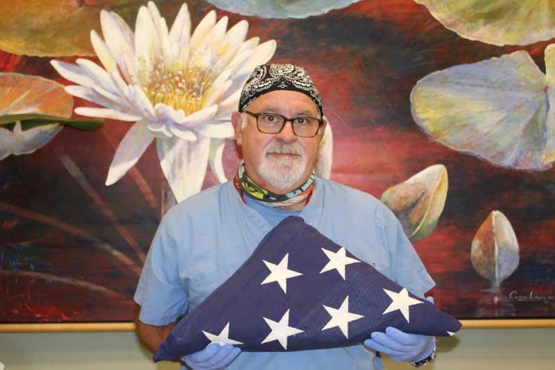 Enfermera Marc Kagan sosteniendo bandera